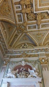 потолок и камин