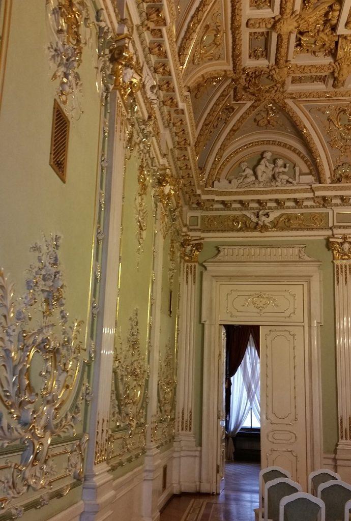 Позолоченная лепнина Белого зала
