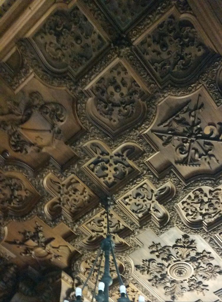Резной потолок из орехового дерева
