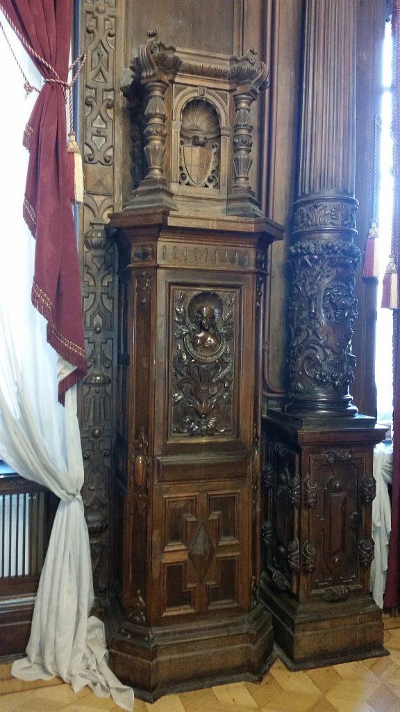Фрагмент резной стены из орехового дерева в кабинете
