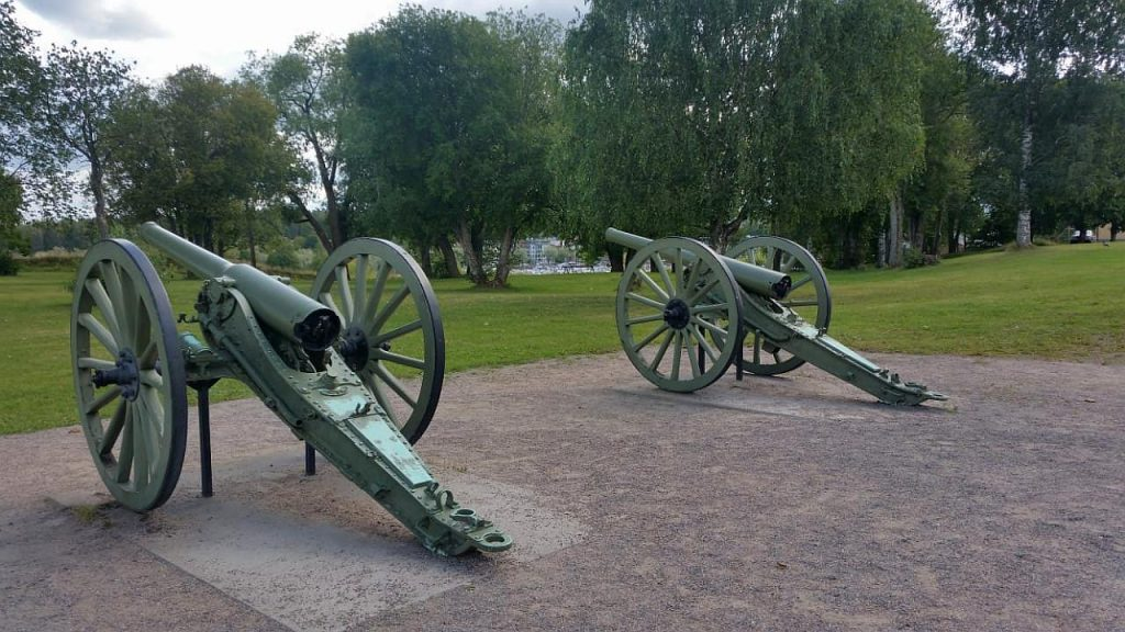 Французские пушки. Максимальная дальность стрельбы составляла 6900 м при весе снаряда около 8 кг.