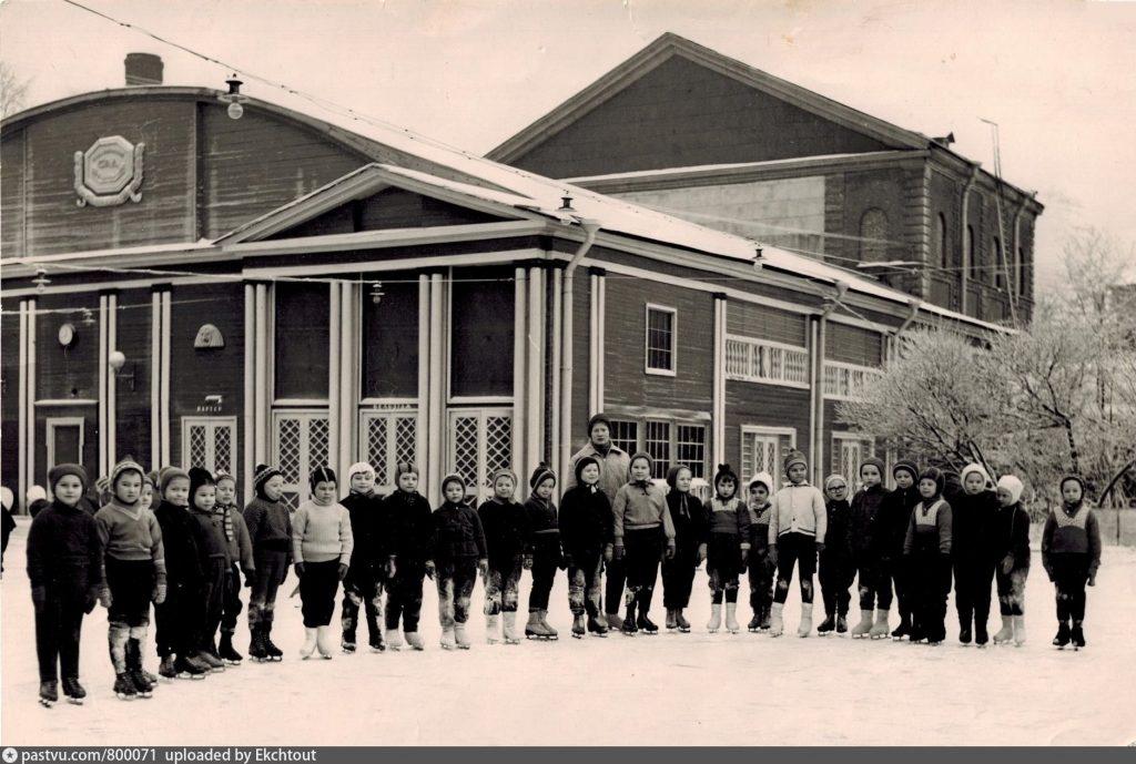 Детская секция по фигурному катанию перед Летним театром в Измайловском садy