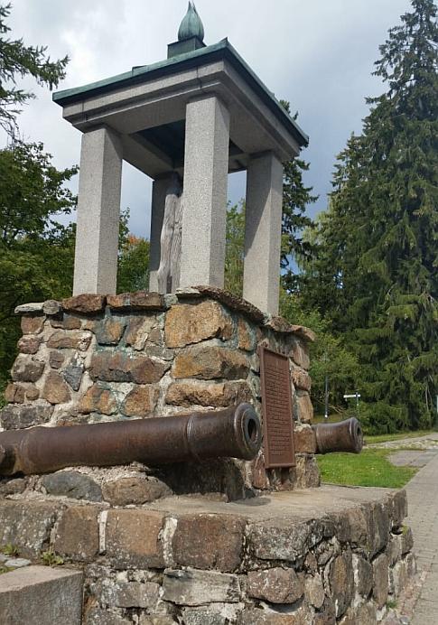 Памятник бревну. Оригинальный, но сопровождается мрачной легендой