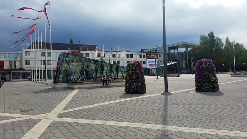 Площадь перед торговым центром Изокрестина