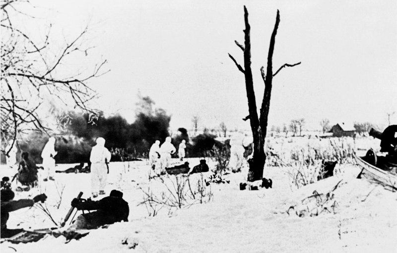 Наши бойцы атакуют Ропшу, слева работает миномет, справа - пулемет Максима в волокуше