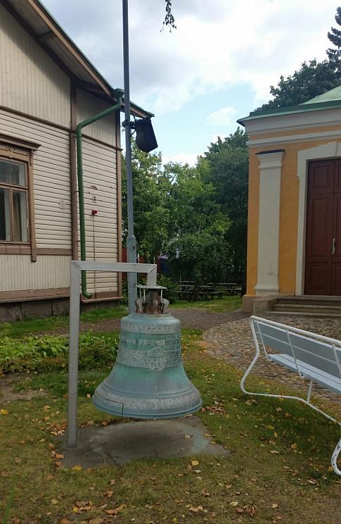Колокол во дворе церкви