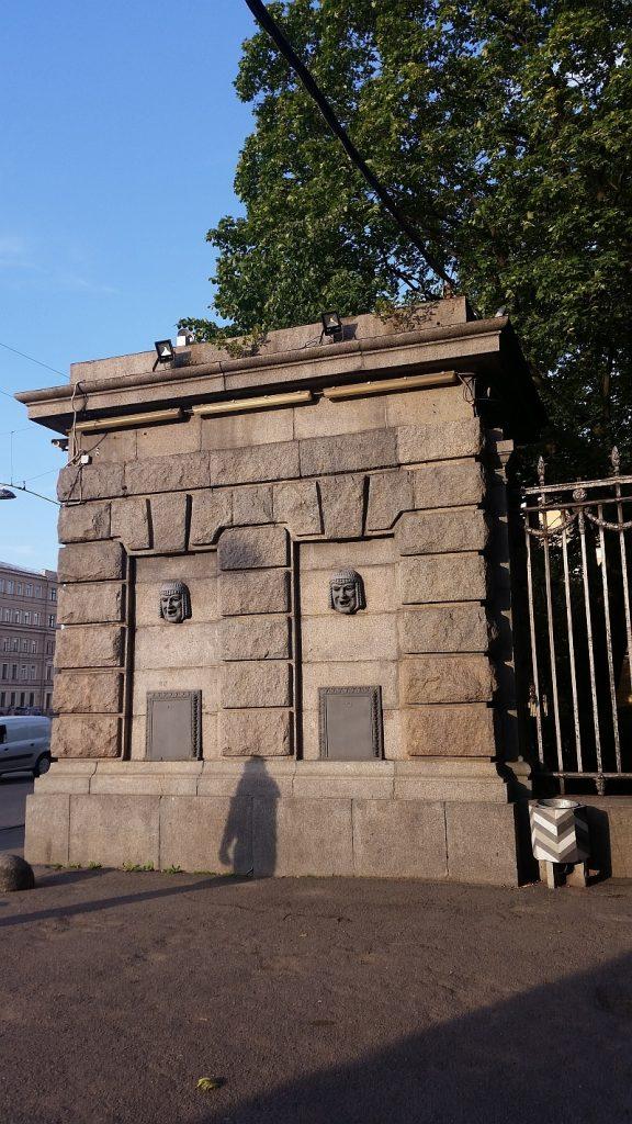 Одна из двух гранитных колонн у входа, ранее там находились кассы театра