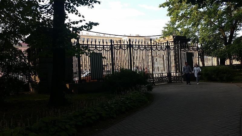 Литая решетка при входе в парк