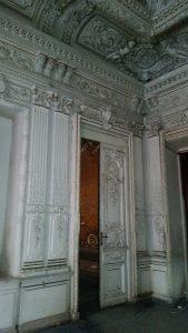 дверь белого зала
