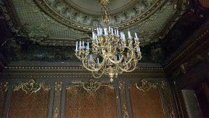 потолок гостиной с лепниной