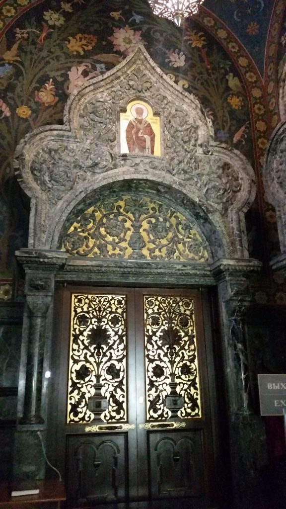 Одни из дверей храма