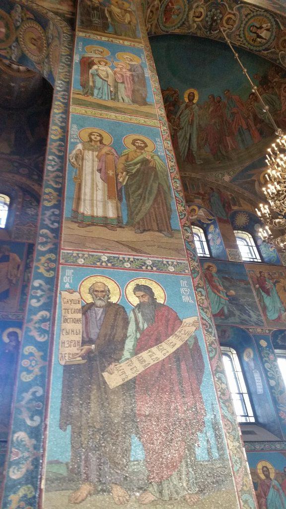 Прекрасные мозаичные картины покрывают всё внутреннее пространство храма