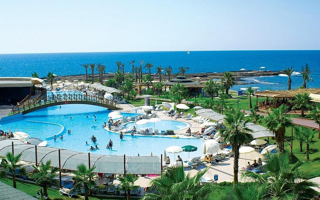 Большой бассейн - украшение отеля