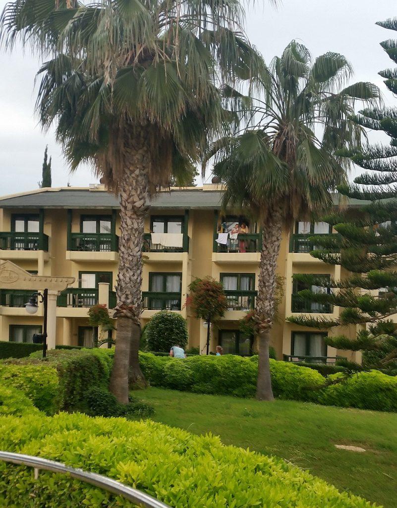 Симпатичные корпуса отеля в окружении зелёных насаждений