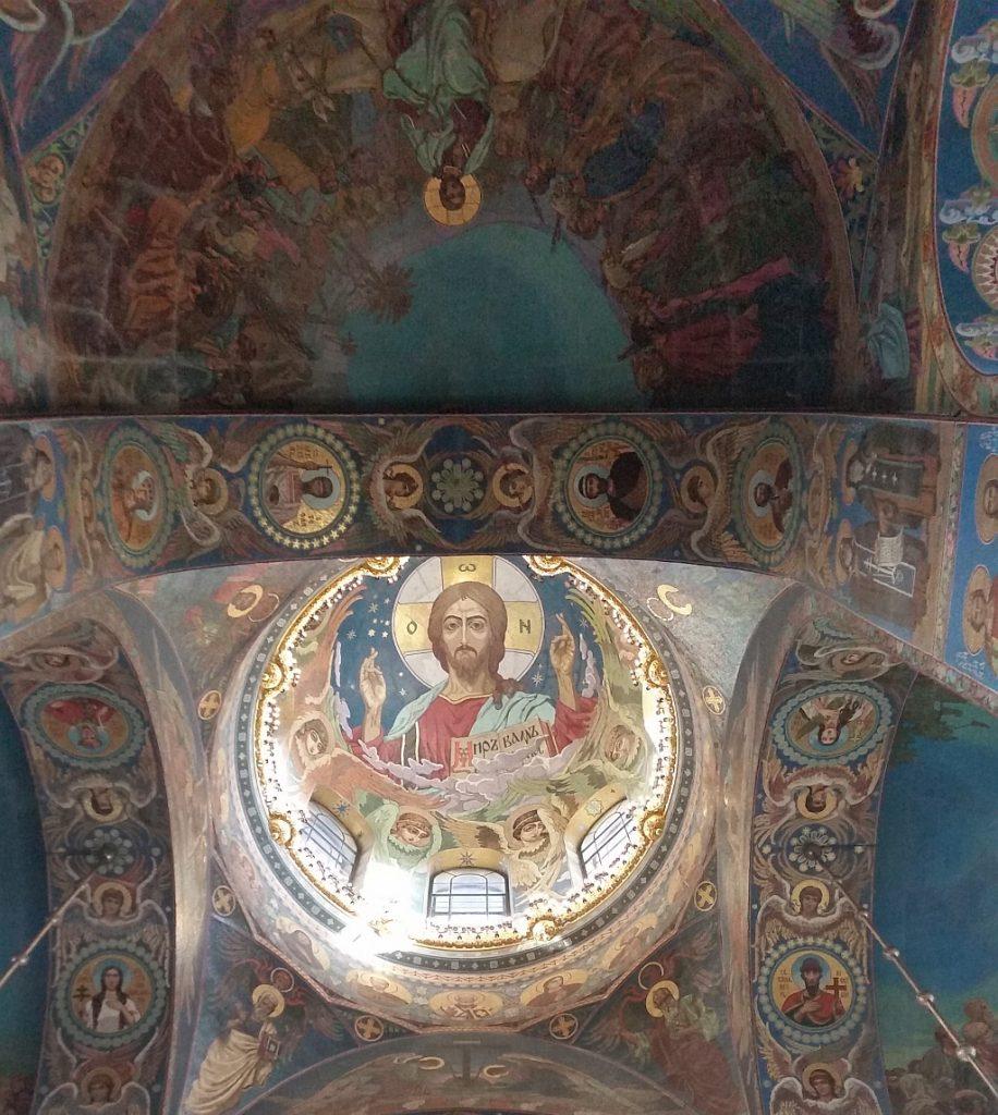 В своде главного барабана – лик Христа Пантократора