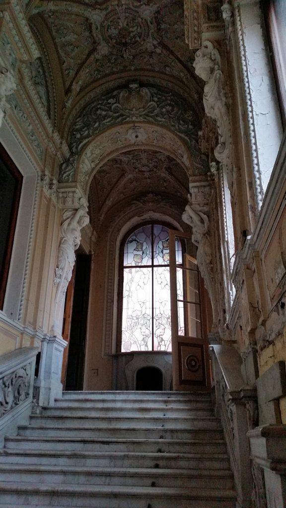 Парадная мраморная лестница и камин