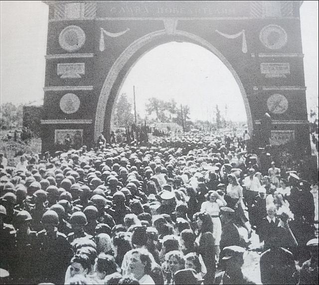 Прохождение гвардейцев через арку Победы Кировского района