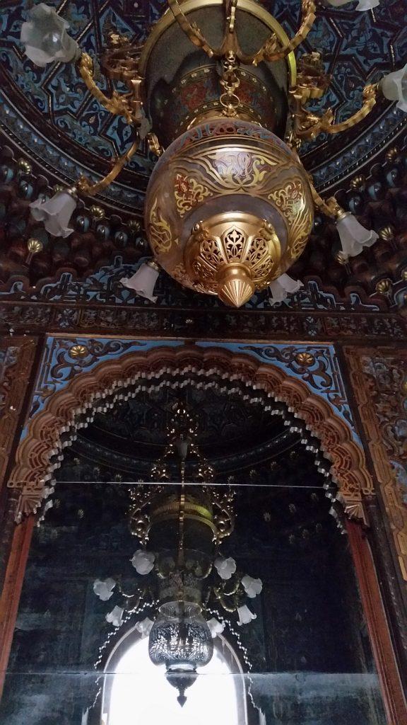 При Брусницыных было не зеркало, а окно, позволяющее видеть лестницу