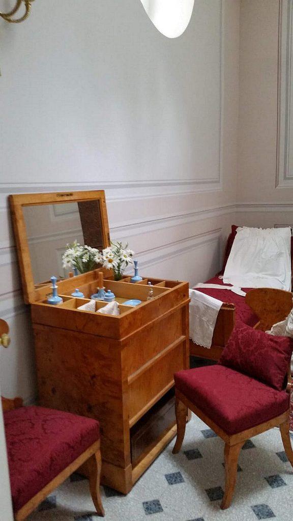 Туалетный столик  с зеркалом в женской комнате