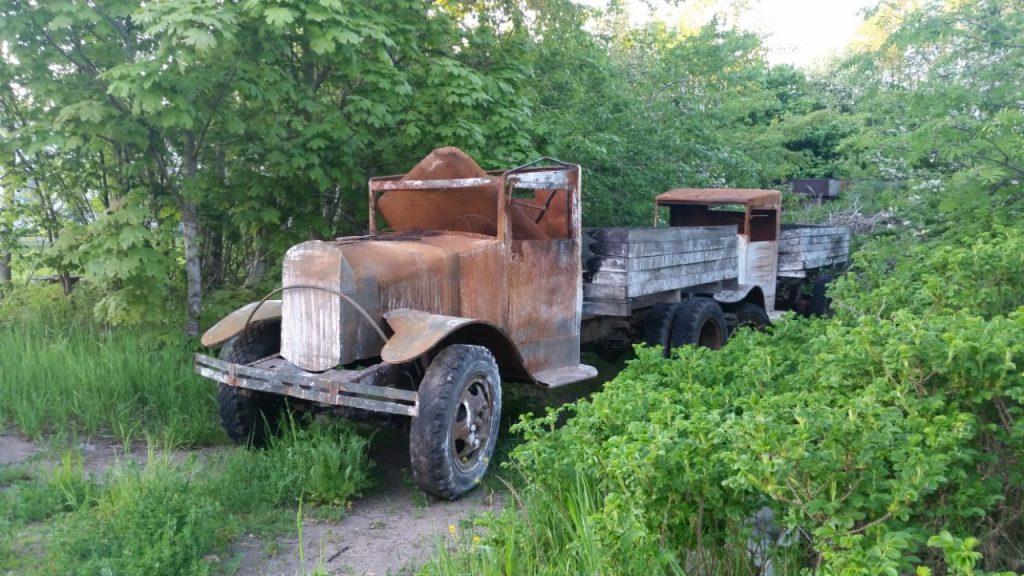 Старые грузовики на обочине