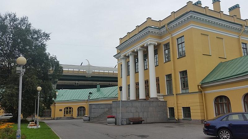 Два флигеля, примыкающие к центральному зданию, придают усадьбе вид подковы - символа счастья и удачи на Руси