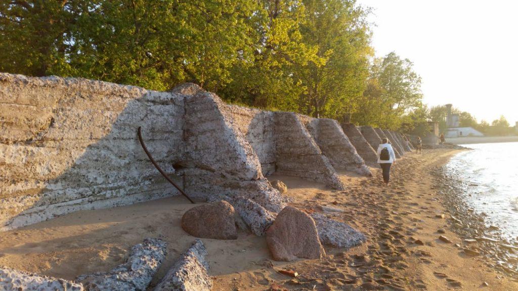 Бетонная набережная, предохраняющая песчаное основания форта от размывания волнами