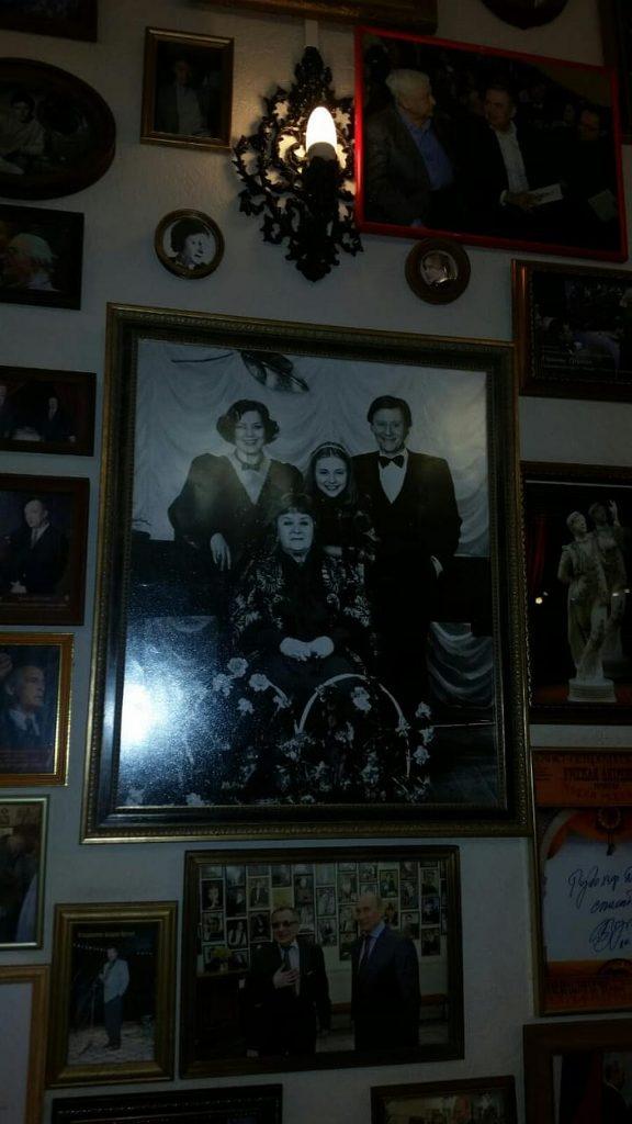 Семейная фотография династии Мироновых в фойе театра