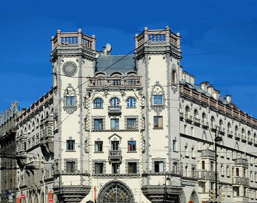 Дом  Розенштейна. На башне слева расположен  декоративный циферблат со знаками зодиака