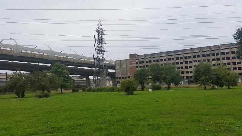 Завод и западный скоростной диаметр, соседствующие с усадьбой