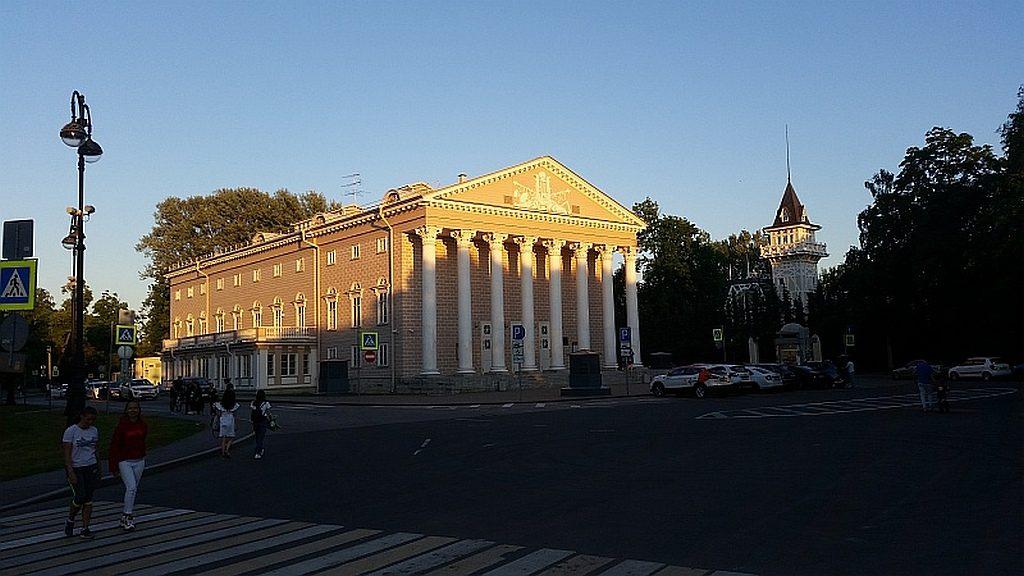 Каменноостровский театр - вторая сцена БДТ.  Справа -  особняк графини  М.Э.Клейнмихель