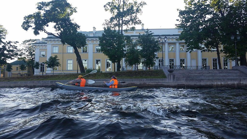 Один из наших экипажей на фоне Каменноостровского дворца - памятника архитектуры федерального значения