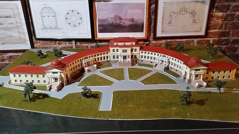 На фото макета видно насколько большое здание усадьбы