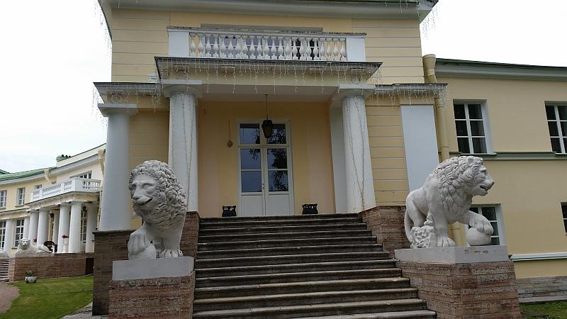 В усадьбе  пять парадных входов и  каждый из них украшают львы