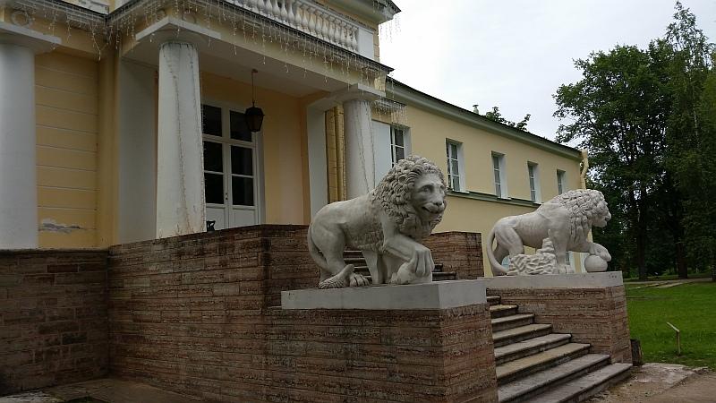 Львы, стерегущие вход  правого крыла усадьбы