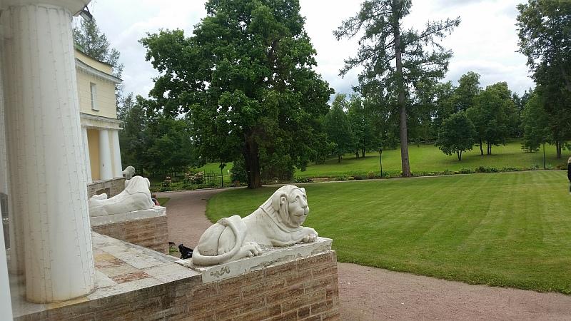 Милые и добродушные львы охраняют центральный вход