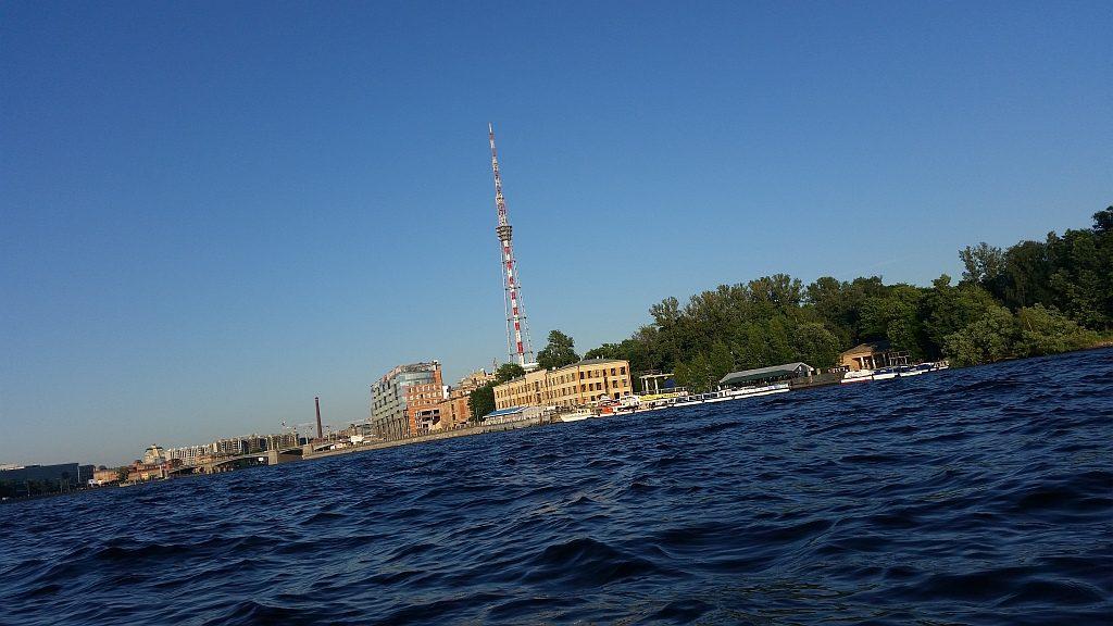 Санкт-Петербургская телевизионная башня. Ее высота 312,8 метров. Слева - Лопухинский сад