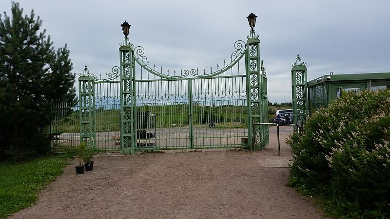 Ворота усадьбы, вид со стороны парка. Справа - билетная касса.