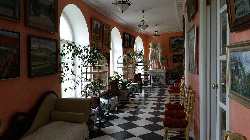 Зимний сад. На стенах висят картины современных художников