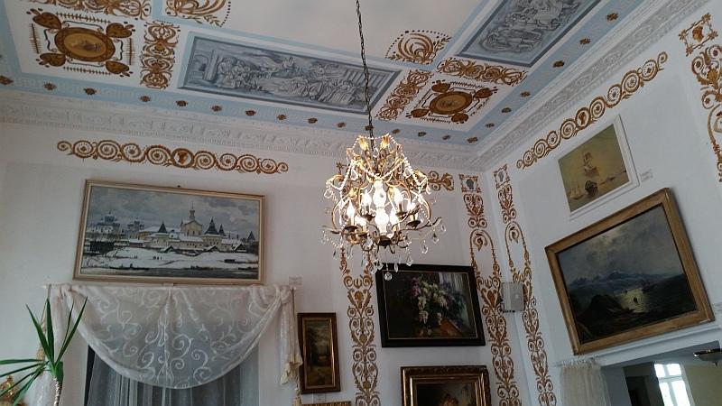 Потолки Белого зала  расписаны гризалью