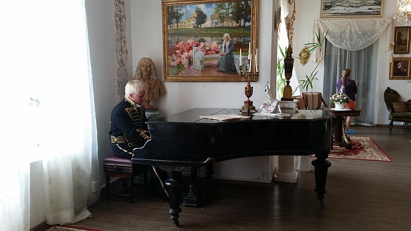 На стене портрет владелицы усадьбы на сегодняшний день - Степановой Г.Г.