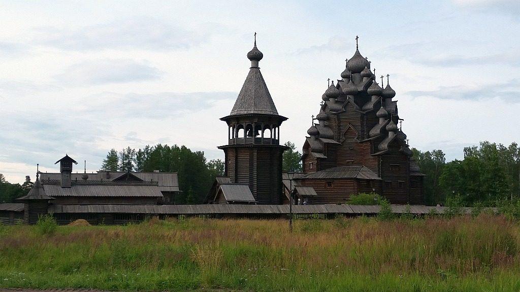 Вид с дороги на Храм Покрова Пресвятой Богородицы и Колокольню