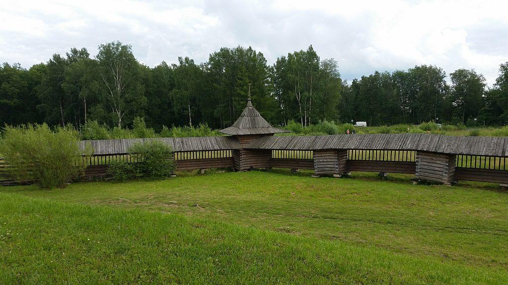 Ограда погоста совмещает две ограды 18 века  - Лядинского и Спасского  погостов Каргопольского уезда