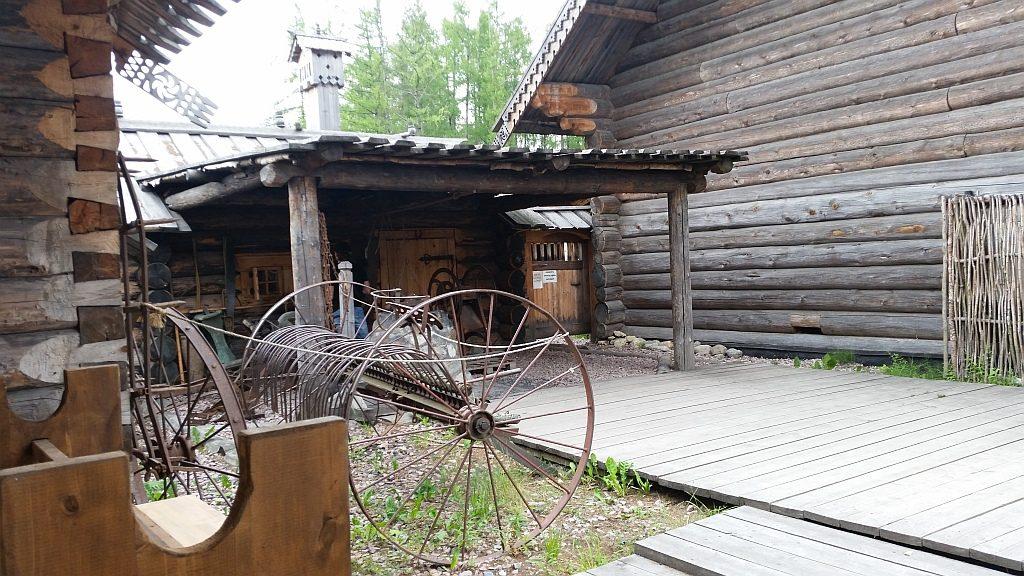 Сеноуборочные грабли под лошадиную тягу, на стене (слева) висит борона
