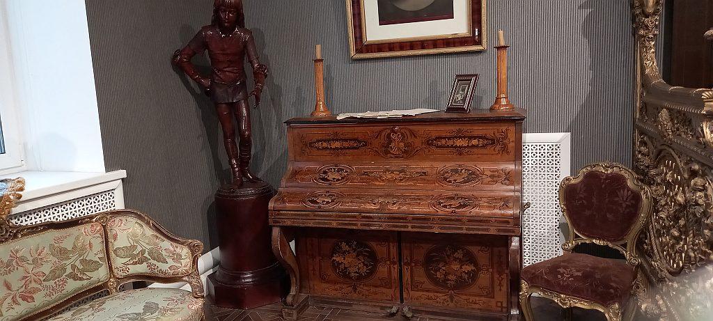 Венецианский паж, выполненный из сандалового дерева