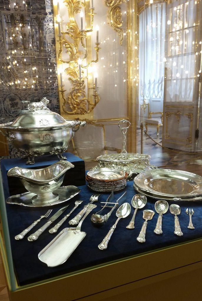 Изящные серебряные столовые приборы с фамильным гербом Нарышкиных