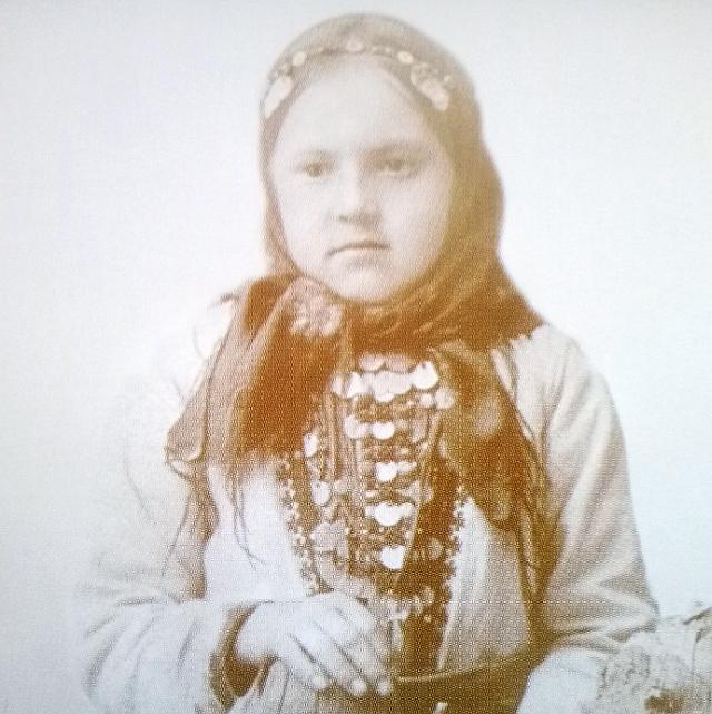 Девочка-удмуртка в национальном костюме