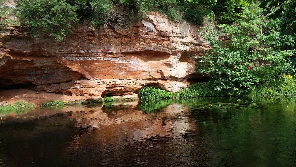 Выход на поверхность геологических  пород девонского и ордовикского возраста.  Высота обнажения   от 2 до 8 метров