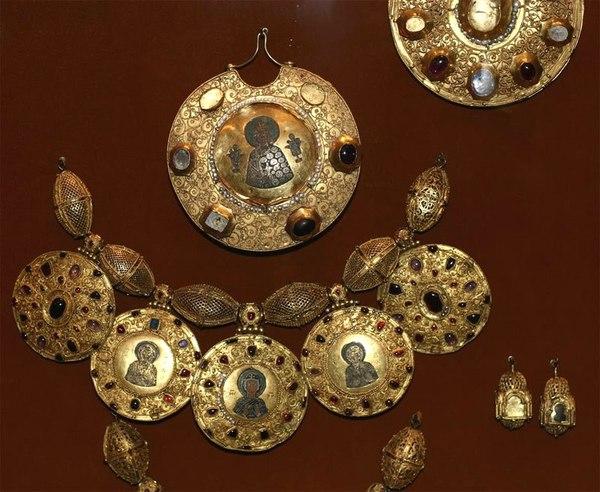 Золотые с эмалью вещи из рязанского клада