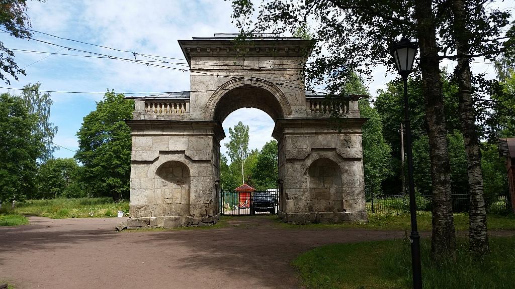 Недалеко от Березового домика находятся Березовые ворота