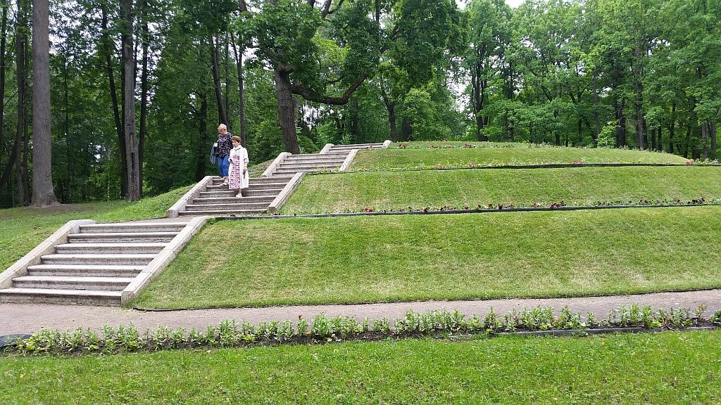 Первоначально на Цветочной горке летом выставляли экзотические растения в кадках, выращенные в оранжереях Ботанического сада